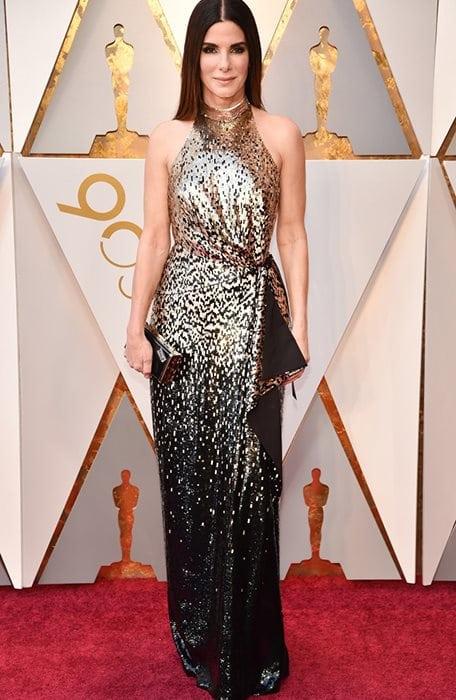 Η Sandra Bullock για την εμφάνισή της στο κόκκινο χαλί των Όσκαρ, επέλεξε να κρατήσει Jimmy Choo clutch.